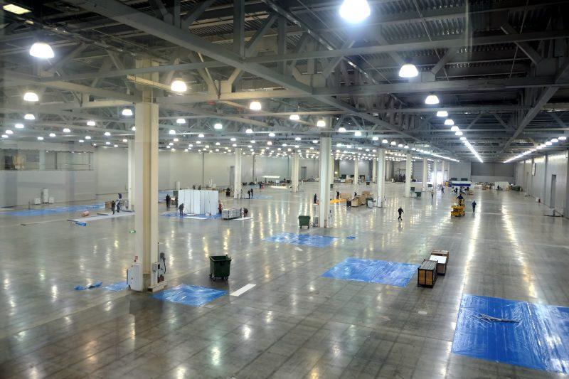 Elektroinstallation-Arbeiten in Industriehalle