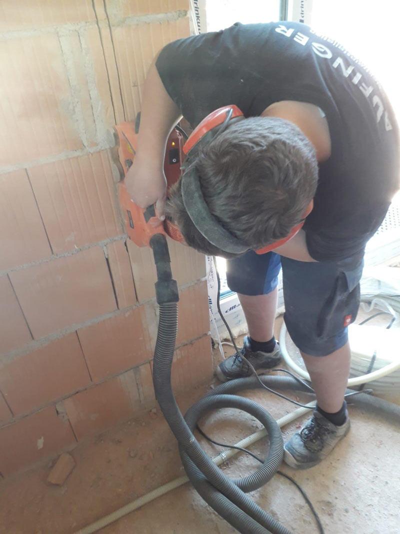 Elektroistallation Altbausanierung - Elektriker aus Peißenberg bei der Arbeit