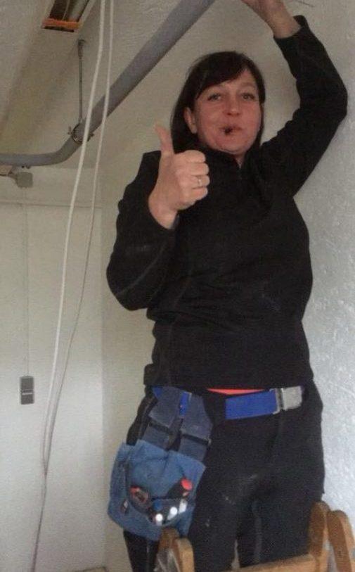 Elektrikerin Aufinger bei der Arbeit in Peißenberg